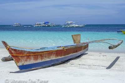 Bangka sur la plage de l'île de Carabao Island, Romblon, notre paradis plongée, Philippines