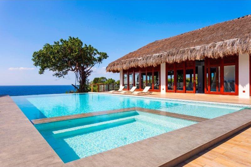 Piscine à Oceans Edge Resort. Séjour plongée aux Philippines.