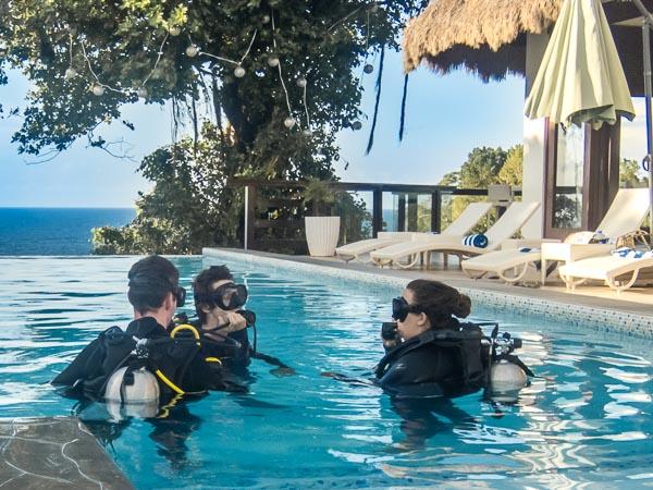Aguas confinadas en la piscina para el curso de buceo padi open water diver.