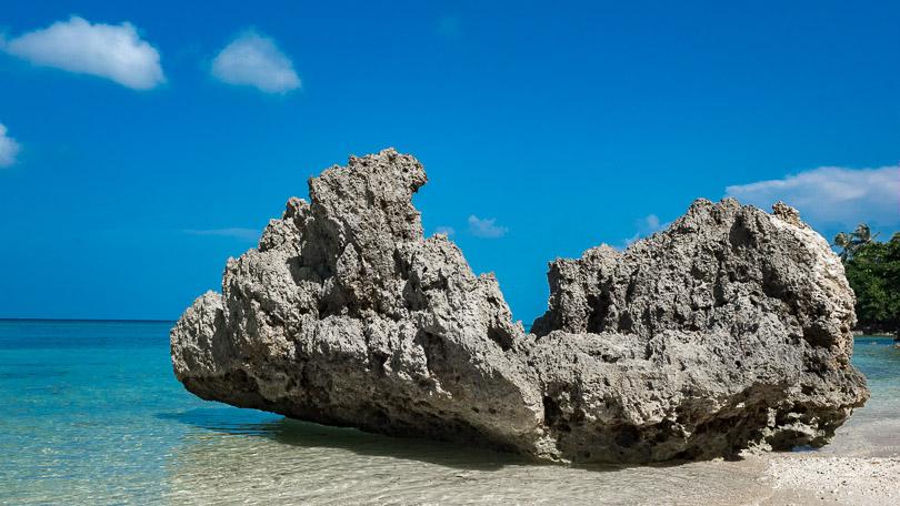 Plage de sable blanc à Carabao Romblon Philippines.