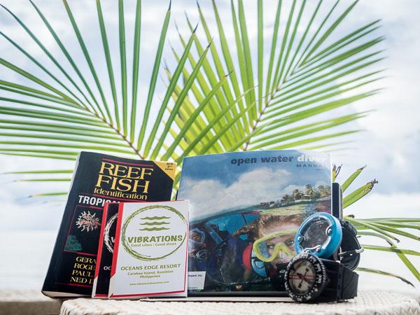 material y libro para el curso de buceo padi open water diver en Carabao Filipinas.